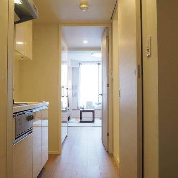 玄関から。フローリングがさらさら※写真は4階の同間取り別部屋のものです