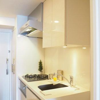 キッチンは玄関前のよくある間取り※写真は4階の同間取り別部屋のものです