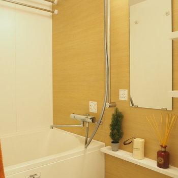 お風呂はナチュラルな雰囲気のシート※写真は4階の同間取り別部屋のものです