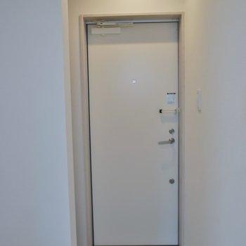 玄関はフラットに。
