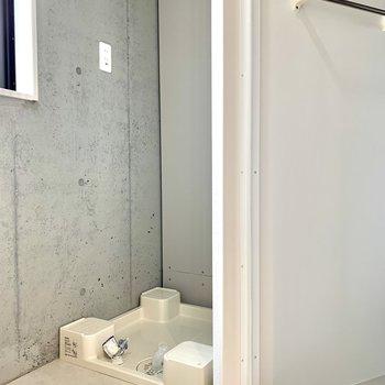 洗濯機置場はシャワールームの隣にあります