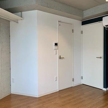 左の扉はサニタリーへ、右の扉は玄関へ