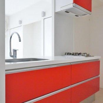 紅一点のレッドカラー※キッチンの色はお部屋によって違います