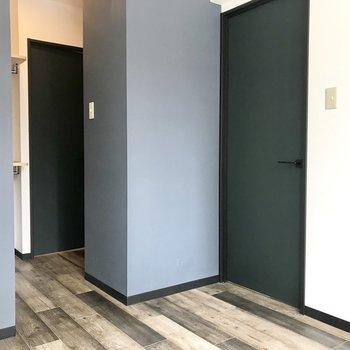 オープンクローゼットの奥の扉は脱衣所に繋がってます!※写真は同間取り別部屋です