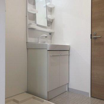 洗濯機と洗面台はお隣さん。※写真は前回募集時のものです