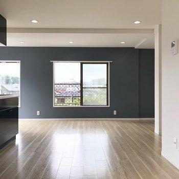 【LDK】キッチンを中心にして広がる空間。※写真は前回募集時のものです