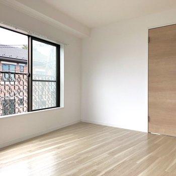 【洋室】モダンなデザインのドア。※写真は前回募集時のものです