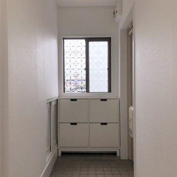 玄関にも窓があります。※写真は前回募集時のものです