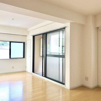 角部屋なので窓がたくさん。広々な空間もさらに開放的に◎