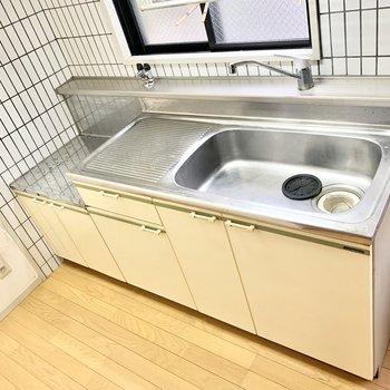 流しも広い、調理スペースもしっかりです。