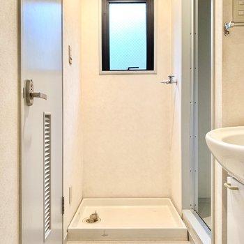 脱衣所は小窓付き。洗濯機も室内に置けます。