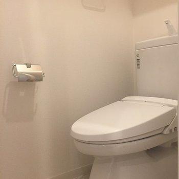 温水洗浄付きのトイレ。上部には棚もあります◎