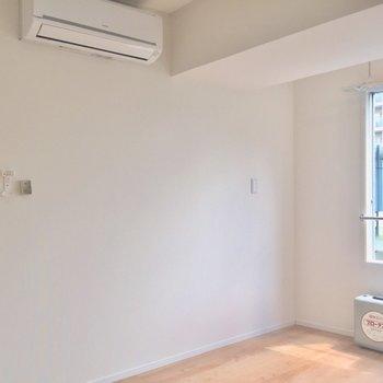 【6帖洋室】エアコンもしっかり。高速も隣に通っていますがリビングとこちらの洋室は二重窓で防音対策もしっかり。