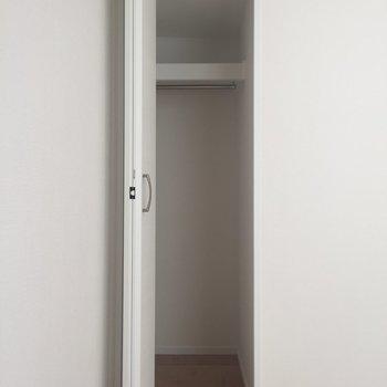 【4.5帖洋室】奥行きのある収納。