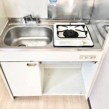 下のスペースには食器や調理器具の収納に。
