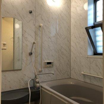 ゆったりと足を伸ばせそうなサイズの浴室。