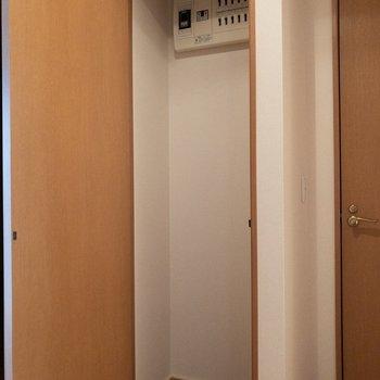 トイレ横の収納。清掃用具などを収納してみては。