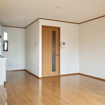 【LDK】キッチンにも小窓が2つあり、風が通り抜けます。