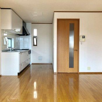 【LDK】右の扉から下の階へ行けます。