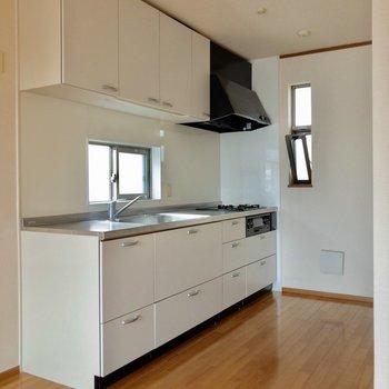 【LDK】冷蔵庫は、キッチンの手前、写真左側へ。