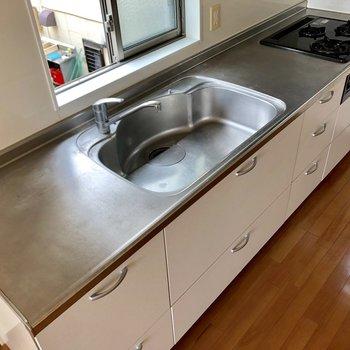 【LDK】シンクの両端に調理スペースが。お料理がはかどりそう。