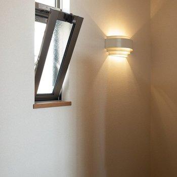 階段の照明がさりげなく可愛らしい。