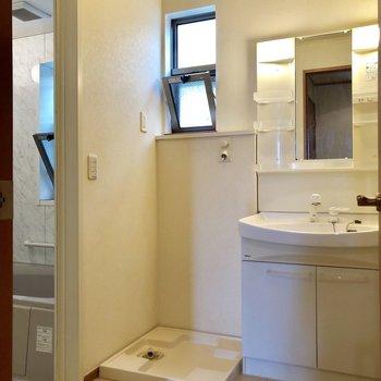 脱衣所にも小窓が。清潔感があります。