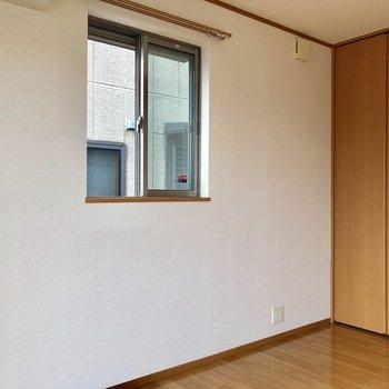 【洋室】こちらにも小窓が。風がたくさん入ってきます。