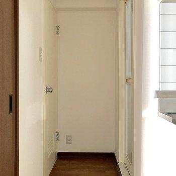 キッチンの横から廊下が続きます