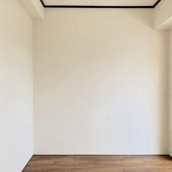 【洋室3.5帖】ここは寝室にするといいかな。ベッドよりは布団が似合いそう