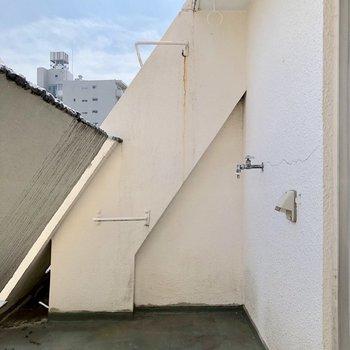 洋室6.5帖の窓から出られるバルコニーです。洗濯機置き場はここにあります