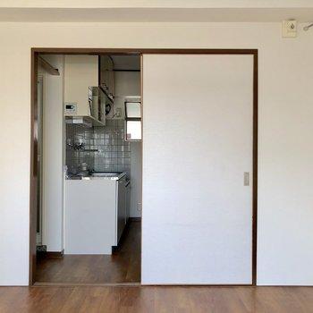 【洋室6.5帖】窓を背中に。キッチンに続いています