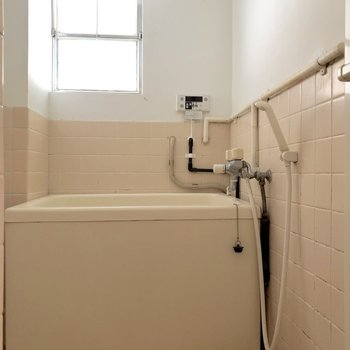 ちょっぴりレトロなお風呂です。窓付きなので換気も楽々です