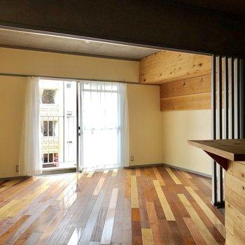 斜めに走る床がお部屋を広く見せます。