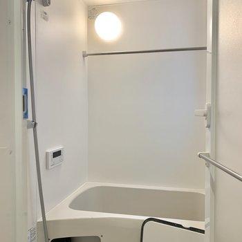 浴室乾燥機に追い焚き付きの浴室※写真はクリーニング前のものです