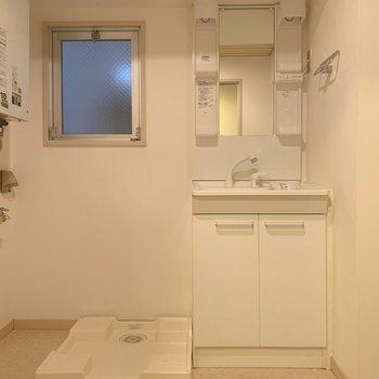 洗面台と洗濯機置場はセットで。脱衣所スペースも確保。