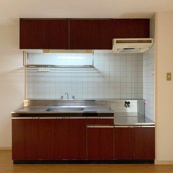 こげ茶色のキッチン、タイルになっているのもかわいい。