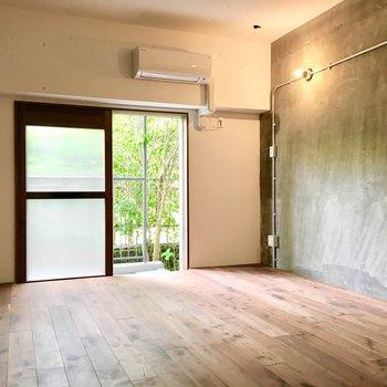 洋室①】緑も感じられて、落ち着く空間。