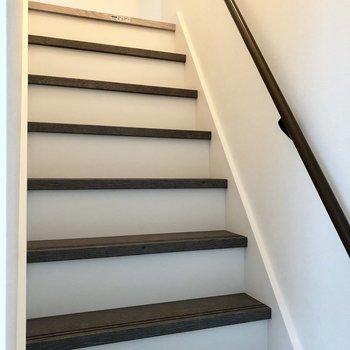 キッチン横にはロフトに上がるための階段があります。少し急なので気をつけて