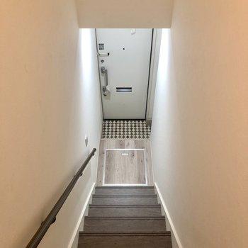 玄関への階段を下りると床下収納があります