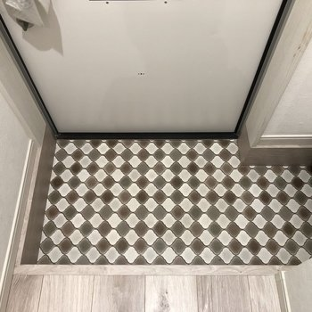 ドアを開けるとこのタイルがお出迎えしてくれます