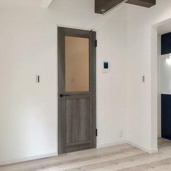 玄関へと続くドアのデザインがまた素敵