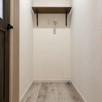 玄関から階段を上がった先に洗濯機置き場があります