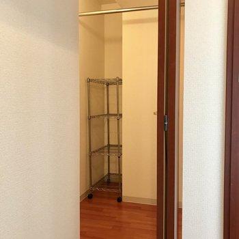 玄関横にはウォークインタイプのクローゼットあり。写真は同間取り別部屋のもの