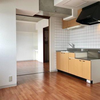 黄色のキッチンがお部屋とマッチ!写真は同間取り別部屋のもの
