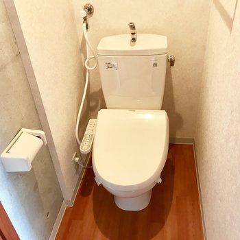 トイレはこんな感じ、ウォシュレット付き!写真は同間取り別部屋のもの