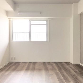 洋室②】北側の洋室も窓付き!