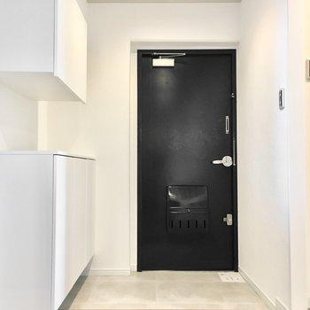 玄関もシンプルでスッキリと。