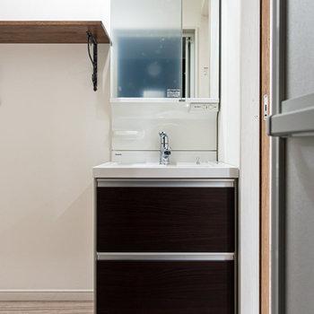 シンプルな洗面台。※写真は前回募集時のものです