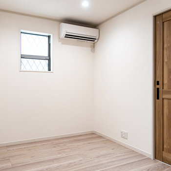 2面採光で明るい寝室。※※写真は前回募集時のものです
